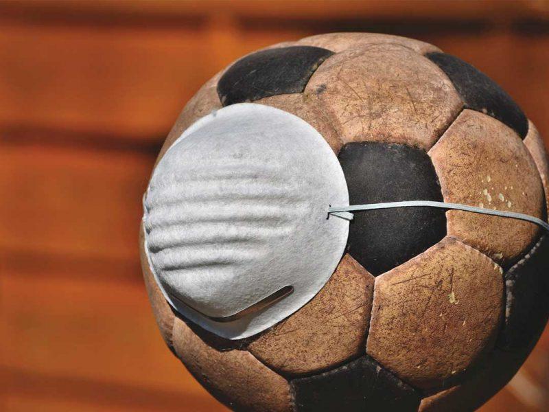 Bola de futebol com mascara de proteção