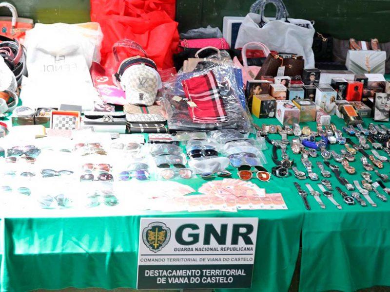 Foto com contrabandos e moeda falsificada