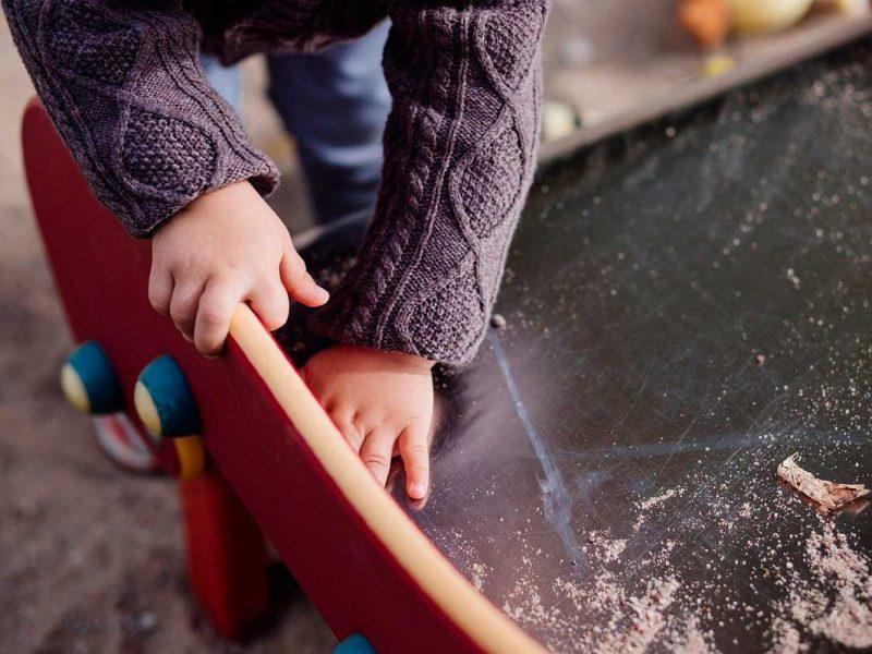 Criança sem mostrar o rosto brincando com skate
