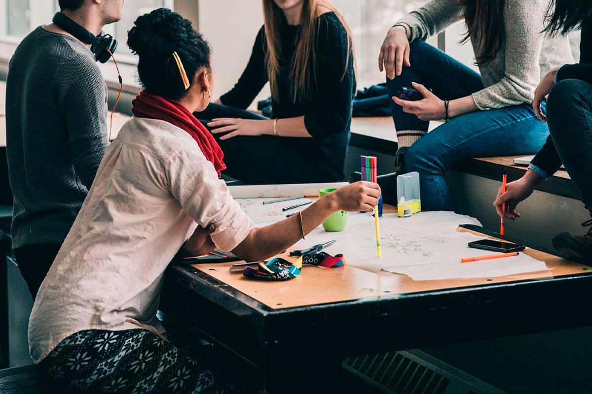 Vários estudantes reunidos e debatendo trabalhos