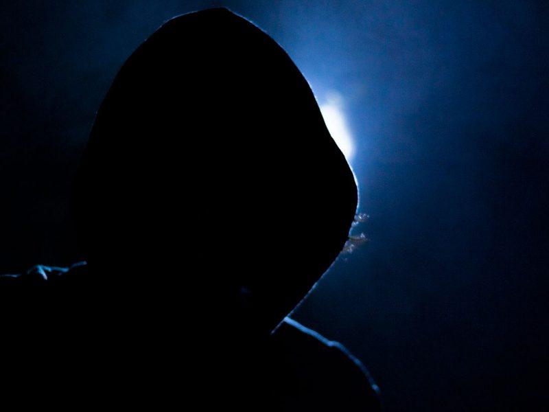 Foto de um hacker na penumbra