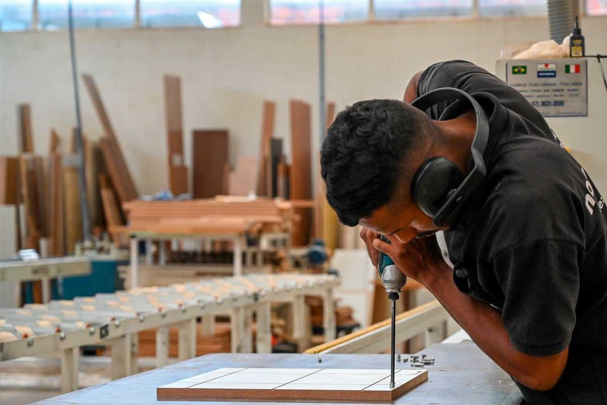 Homem trabalhando em indústria de móvel