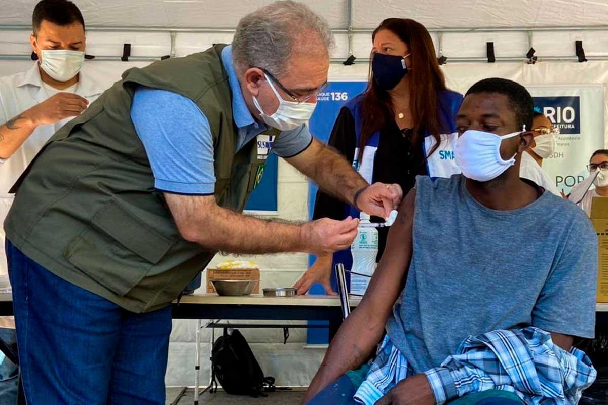 Marcelo Queiroga aplicando vacina em cidadão