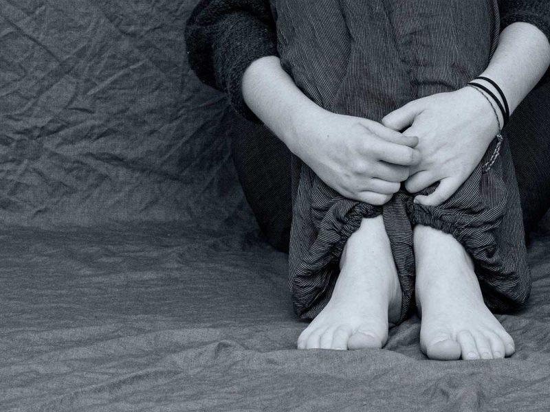 Mulher ecolhida com parte do corpo aparecendo.