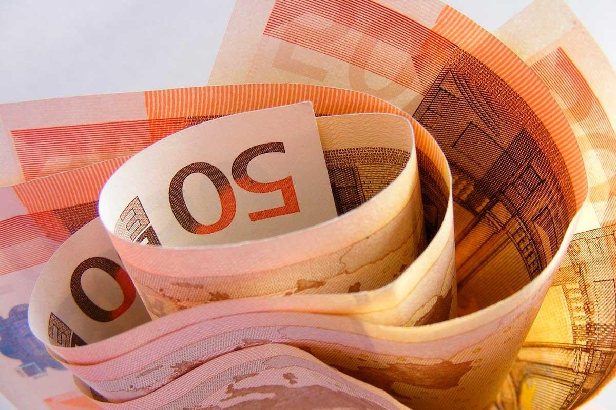 Várias notas de cinquenta euros