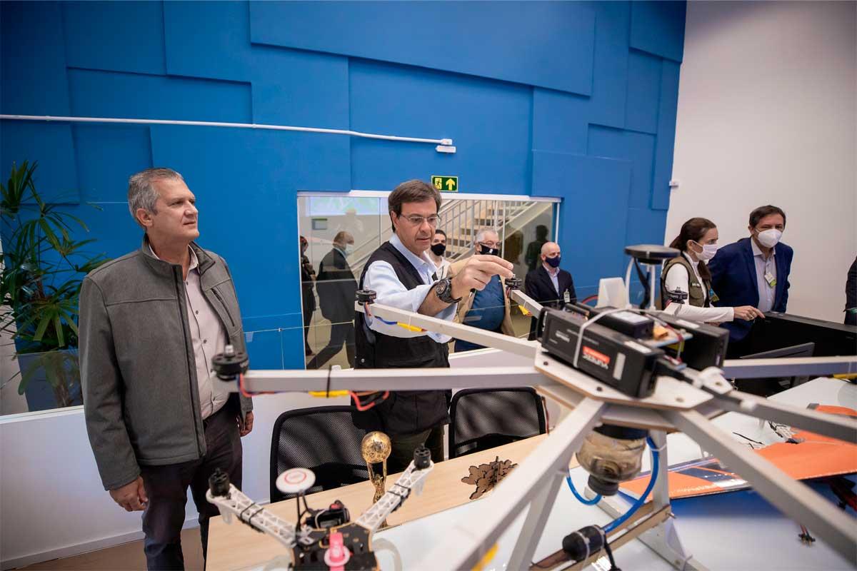 Ministro do Turismo do Brasil, Gilson Machado, conferindo um drone durante evento.
