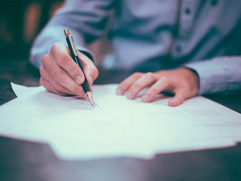 Pessoa assinando um contrato