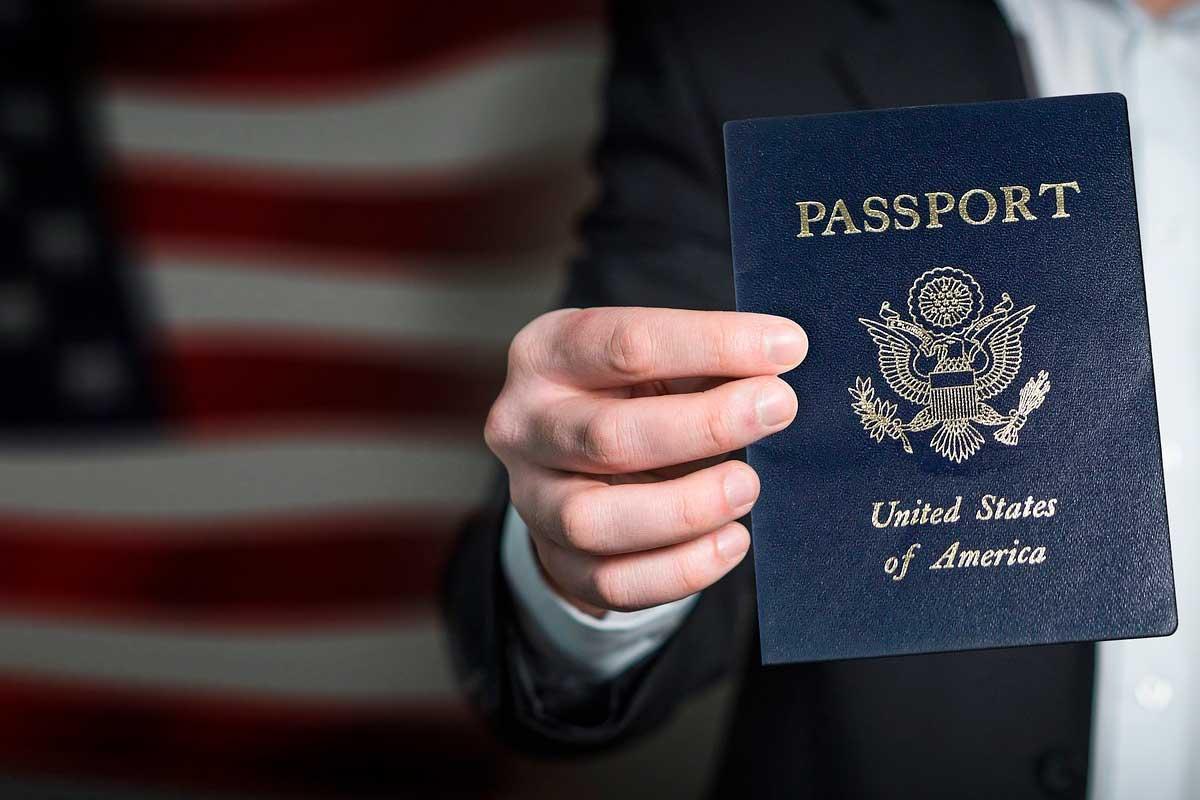 Passaporte americano com bandeira americana de fundo