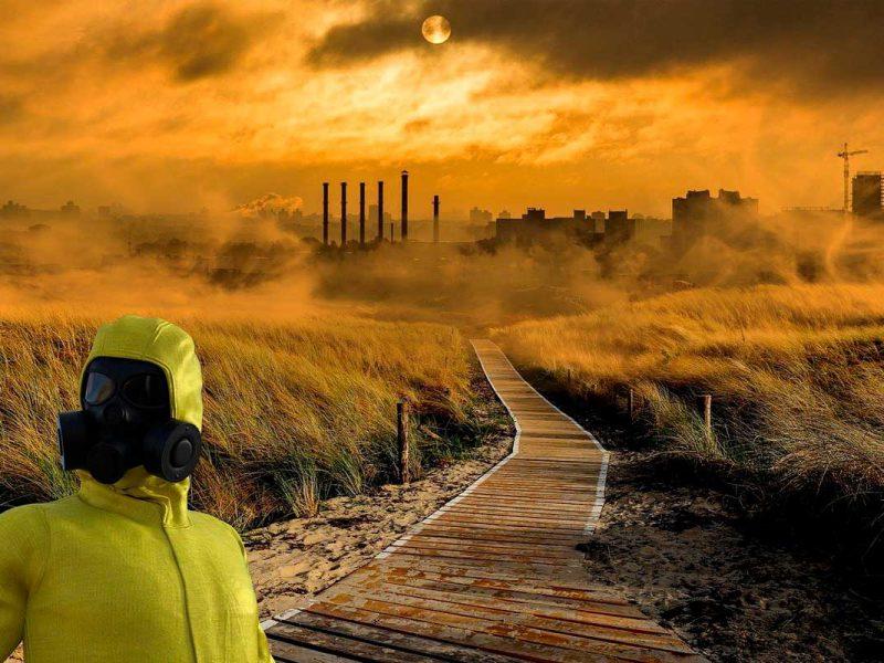 Pessoa com equipamento completo de proteção em ambiente poluído por gases